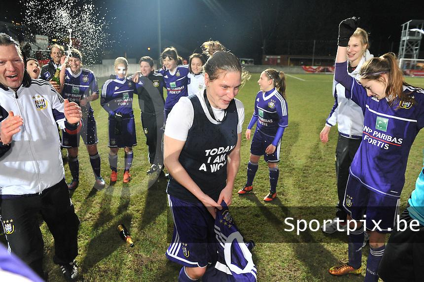 Waasland Beveren Sinaai Girls - RSC Anderlecht : de speelsters van Anderlecht vieren hun overwinning met Anne Puttemans (midden).foto DAVID CATRY / Nikonpro.be