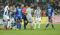 MEDELLÍN -COLOMBIA-31-10-2015. Jugadores de Atlético Nacional y Millonarios discuten durante el partido por la fecha 17 de la Liga Aguila II 2015 jugado en el estadio Atanasio Girardot de la ciudad de Medellín./ Players of Atletico Nacional  and Millonarios discuss during the match for the  17th date of the Aguila League II 2015 at Atanasio Girardot stadium in Medellin city. Photo: VizzorImage/León Monsalve/ Cont