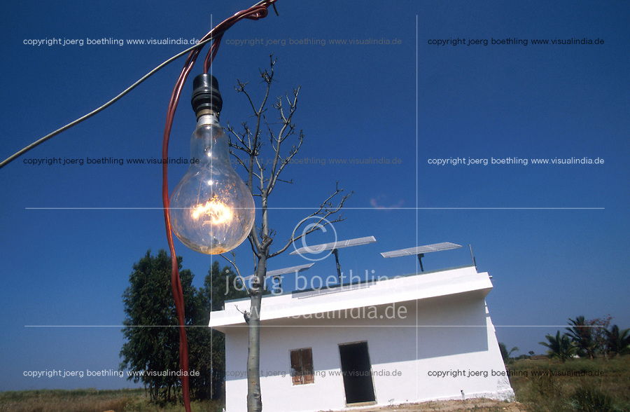 INDIA Karnataka, farm house with solar powered water pump / INDIEN Farm mit solar betriebener Wasserpumpe