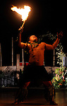 Ce sont deux danses d'homme, provenant des îles Samoa. Accompagné par un ensemble de tambours, un danseur isolé jongle avec un long coupe-coupe ou encore une torche enflammée au deux bouts. Le danseur donne l'impression d'être toujours en mouvement bien que celui-ci se limite surtout aux poignets et aux bras