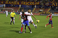 PASTO -COLOMBIA, 02-10-2013. gador (D) del Deportivo Pasto disputa el balón con Jugador (I) de Alianza Petrolera durante juego válido por la  fecha 13 Liga Postobón 2013-1 realizado en el estadio La Libertad de Pasto./ Player (R) of Deportivo Pasto fights for the ball with  Alianza Petrolera player  (L) during match valid for the 13th date of Postobon  League 2013-1 at La Libertad stadium in Pasto. Photo: VizzorImage/STR