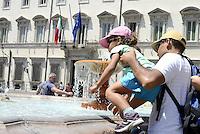 Roma 20 Luglio 2015<br /> Turisti si bagnano nella Fontana di Piazza Colonna di fronte al Palazzo Chigi sede del Governo, per alleviare il caldo afoso e la temperatura.<br /> Roma 20 July 2015<br /> Tourists try to cool off at the Fountain in Piazza Colonna in front of Palazzo Chigi, on a hot mid-summer moorning. Italy's civil protection department said a severe heat-wave may hit nine Italian cities. The temperatures may reach and go beyond 40 degrees centigrade.