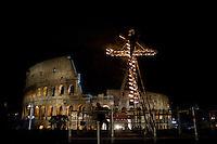 Il crocifisso acceso al Colosseo in occasione della Via Crucis