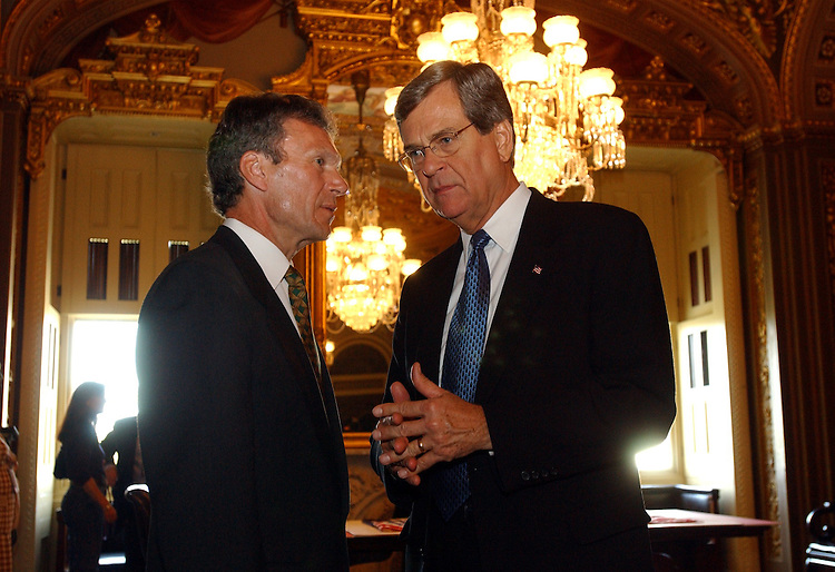 leaders100201 -- Sens. Trent Lott, R-Miss., and Tom Daschle, D-S.D., talk in the Senate Reception Room.