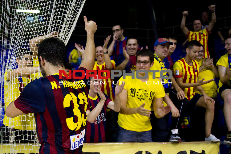 FC Barcelona's Nikola Karabatic (left) celebrate with supporters at the end of the Liga Asobal 2013-2014 match FC Barcelona vs Frigorificos del Morrazo at the Palau Blaugrana on November 9, 2013 in Barcelona, Spain. Foto © nph / Alex Caparros)