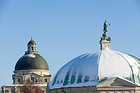 Deutschland, Bayern, Muenchen: Dianatempel im Hofgarten, dahinter Bayerische Staatskanzlei - Kuppeln - Detail | Germany, Bavaria, Munich: domes of temple of Diana and The Bayerische Staatskanzlei (Bavarian State Chancellery) - detail