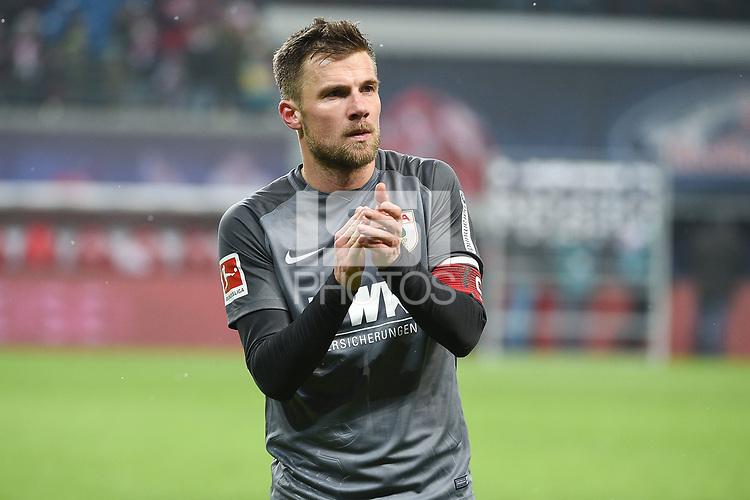 Der Kapitaen bei den Fans, Daniel Baier (FC Augsburg #10)<br /><br /><br /><br />, RB Leipzig - FC Augsburg, Football, Bundesliga, 09.02.2018 *** Local Caption *** &copy; pixathlon