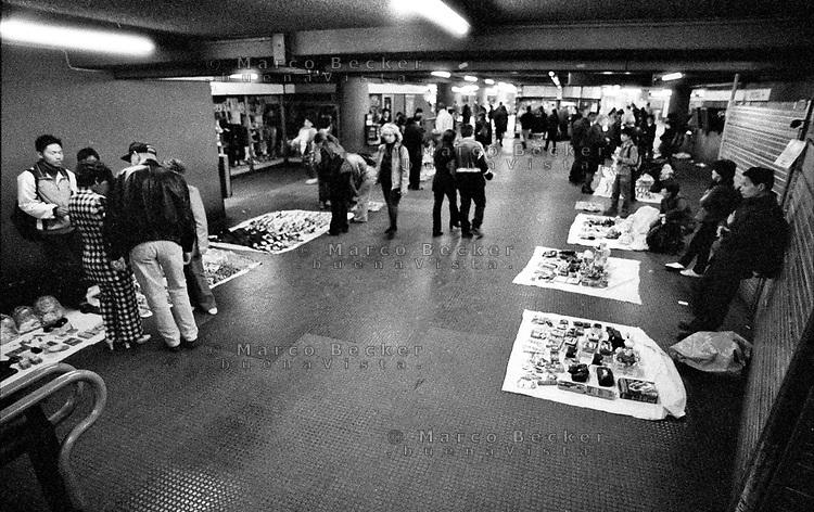 milano, venditori abusivi alla fermata stazione centrale della metropolitana --- milan, illegal pedlars at the underground station of central station