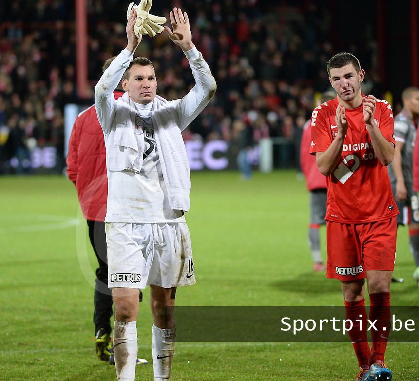 KV Kortrijk - Standard Luik : Darren Keet (links) en Michael Heylen gaan het publiek groeten na het 1-5 verlies<br /> foto VDB / Bart Vandenbroucke