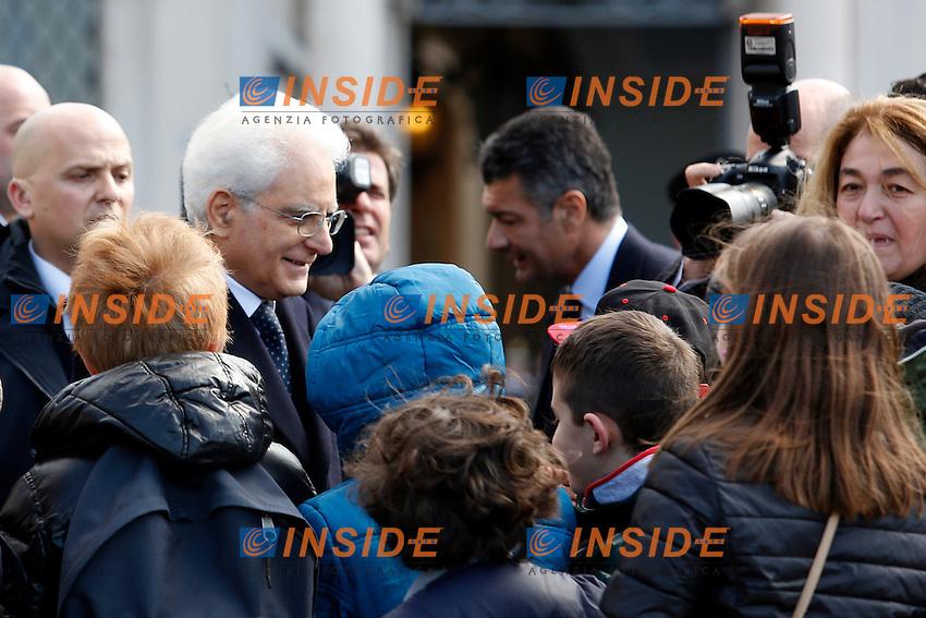 Sergio Mattarella, al ritorno dalla Consulta si ferma sulla piazza con una scolaresca<br /> Roma 12-03-2015 Piazza del Quirinale. Inaugurazione dell'Anno Giudiziario alla Consulta.<br /> Photo Samantha Zucchi Insidefoto