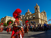 Einwohner der Ortschaft Zejtun auf der Insel Malta feiern am Freitag, 14.04.2017, vor der Kirche von Zejtun / Malta den Karfreitag mit der traditionellen Prozession, hier kostuemiert als roemische Legionaere. 680 Glaeubige aus Zejtun nahmen an der Prozession teil und trugen 12 Statuen durch die Strassen. | Inhabitants of the town of Zejtun / Malta had their traditional Good Friday procession on Friday, 2017-04-14, at the church of Zejtun on the island of Malta, here dressed like Roman legionaries. 680 believers from Zejtun participated and carried 12 statues through the streets.  [ (c) Rainer Raffalski, Tinkhofstr. 19, 45731 Waltrop, Germany, www.Rainer-Raffalski.de, email Rainer.Raffalski@gmx.de, Tel.+Fax 0049-2309-70002, mobil 0049-171-5448541. Jegliche Nutzung ist honorarpflichtig (+7%Mwst.), Urhebervermerk und Belegexemplar obligatorisch. Honorar gemaess den aktuellen Honorarempfehlungen der Mittelstandsgemeinschaft Foto-Marketing (MFM), wenn nicht vor der Nutzung anders vereinbart. Konto 360 46 720, Sparkasse Vest Recklinghausen, BLZ 426 501 50.  Steuer-Nr. 340/5269/0086, Finanzamt Recklinghausen. Any use requires purchase of license. Fees according to current MFM-recommendations, if no other agreement is settled prior to use. International Bank Account Number DE64 4265 0150 0036 0467 20, SWIFT-BIC.: WELADED1REK. www.freelens.com/clearing ] [#0,26,121#]