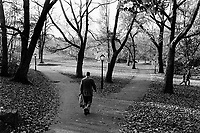 USA. New York. Central Park. Men walk on the alleys of the park. © 1985 Didier Ruef