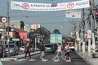 SAO PAULO,SP, 19.08.2015 - TRANSITO-SP - Avisos de redução de velocidade são vistos na Estrada do Campo Limpo, nesta quarta-feira (19). Na proxima quinta-feira (20) a via sofre redução de 60 km/h para 50 km/h. (Foto: Douglas Pingituro / Brazil Photo Press)