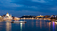 HUN, Ungarn, Budapest, Blick ueber Donau mit Parlament, Kettenbruecke, Budaer Burgberg und Budaer Burgpalast am Abend, Ausflugsschiff, UNESCO Weltkulturerbe | HUN, Hungary, Budapest, view across Danube with Parliament, Chain-Bridge, Castle District and Royal Palace, UNESCO World Heritage, evening