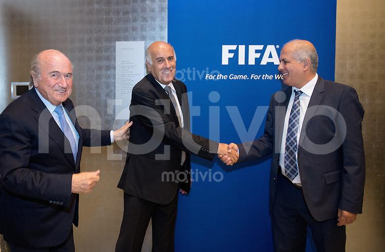 Football FIFA  International  03.09.2013 FIFA Round Table Discussion Palestine / Israel FIFA Praesident Joseph S. Blatter (li, Schweiz) und  Jibril Al Rajoub (Mitte, Praesident Palestine FA) shake Hands mit Avi Luzon (re, Praesident Israel FA)