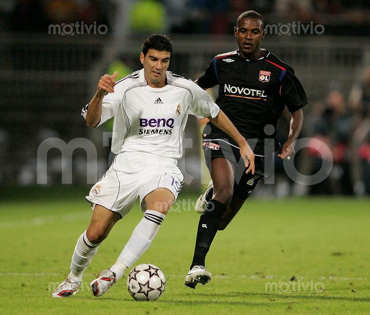 FUSSBALL Champions League 2006/2007  Gruppe E Olympique Lyon 2-0 CF Real Madrid Jose Antonio REYES (Real,li) gegen Eric ABIDAL (L)