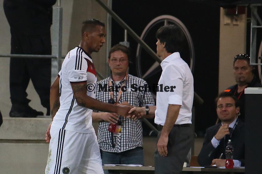 Jerome Boateng (D) mit Bundestrainer Joachim Löw - Deutschland vs. Armenien in Mainz