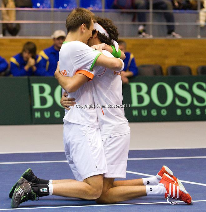 05-03-11, Tennis, Oekraine, Kharkov, Daviscup, Oekraine - Netherlands, Thiemo de Bakker/Robin Haase  in inigge omstrengeling, ze winnen de dubbel