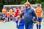 DEN HAAG - Bondscoach Max Caldas met een van zijn kinderen,  na  de trainingswedstrijd hockey Nederland-Argentinie (1-2). rechts assistent Taco vd Honert.  COPYRIGHT KOEN SUYK