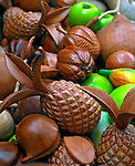 Frutas em madeira. Foto de Luciana Whitaker.