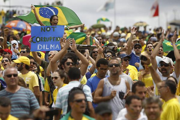 BRA506. BRASILIA (BRASIL), 15/03/2015.- Personas participan en una manifestación contra la presidenta brasileña, Dilma Rousseff, hoy, domingo 15 de marzo de 2015, en la ciudad de Brasilia (Brasil). Cientos de miles de personas protestaron contra la presidenta Dilma Rousseff, en Brasilia, en el marco de una jornada de manifestaciones convocadas en decenas de ciudades de todo el país. La protesta de Brasilia comenzó a las 9.30 hora local (12.30 GMT) en la explanada de los ministerios y llegó hasta la frente del Congreso Nacional Brasileño, con la participación de grupos de ciudadanos opositores sin vínculo declarado con partidos políticos. Los manifestantes corearon consignas contra Rousseff y el oficialista Partido de los Trabajadores (PT) y en rechazo de la corrupción. EFE/Fernando Bizerra Jr.