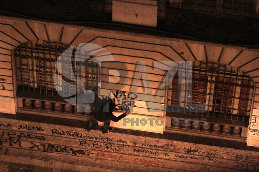 RIO DE JANEIRO, RJ, 15.10.2013 - CONFRONTO MANIFESTANTES POLICIA - Após ato realizado pelo dia dos professores na noite dessa terça manifestantes entram em confronto com a policia nessa terça 15. (Foto: Levy Ribeiro / Brazil Photo Press)