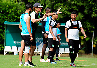 CALI - COLOMBIA, 08-01-2019: Rubén Tanucci (2 Izq.) asistente técnico del Deportivo Cali, da instrucciones a los jugadores durante entrenamiento previo a la Liga Águila I 2019 en la sede campestre del Club en Pance, Colombia. / Ruben Tanucci (2 L) technical assistant of Deportivo Cali, gives instructions to the players, during training prior the Aguila League I 2019 at sporting headquarters in Pance, Colombia. Photo: VizzorImage/ Nelson Ríos / Cont.