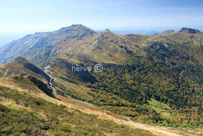 France, Cantal (15), Parc Naturel Régional des Volcans d'Auvergne, le Puy Mary, sur le chemin proche du sommet // France, Cantal, Parc Naturel Regional des Volcans d'Auvergne (Auvergne Volcanoes Natural Park), the Puy Mary, on the path near the top