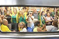 SÃO PAULO,SP, 13.03.2016 - PROTESTO-SÃO PAULO - Manifestantes contrários ao governo Dilma Rousseff no embarque da estação Sé do metrô, apos ato na Avenida Paulista, em São Paulo, neste domingo (13). (Foto: Paulo Guereta/Brazil Photo Press)