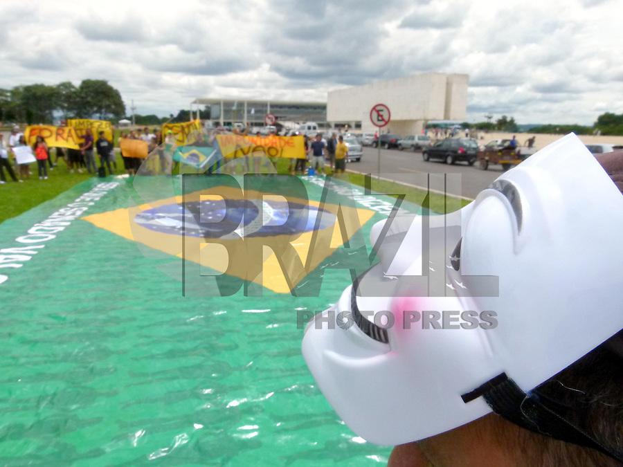 BRASÍLIA,DF 24 DE FEVEREIRO 2013 - MANIFESTAÇÃO FORA RENAN CALHEIROS NA PRAÇA 3 PODERES EM BRASÍLIA. Manifestantes se juntaram na Praça dos 3 Poderes em Brasília, para protestar a saída do senador e presidente do Senado Federal Renan Calheiros nesta tarde de domingo (24).FOTO RONALDO BRANDÃO / BRAZIL PHOTO PRESS