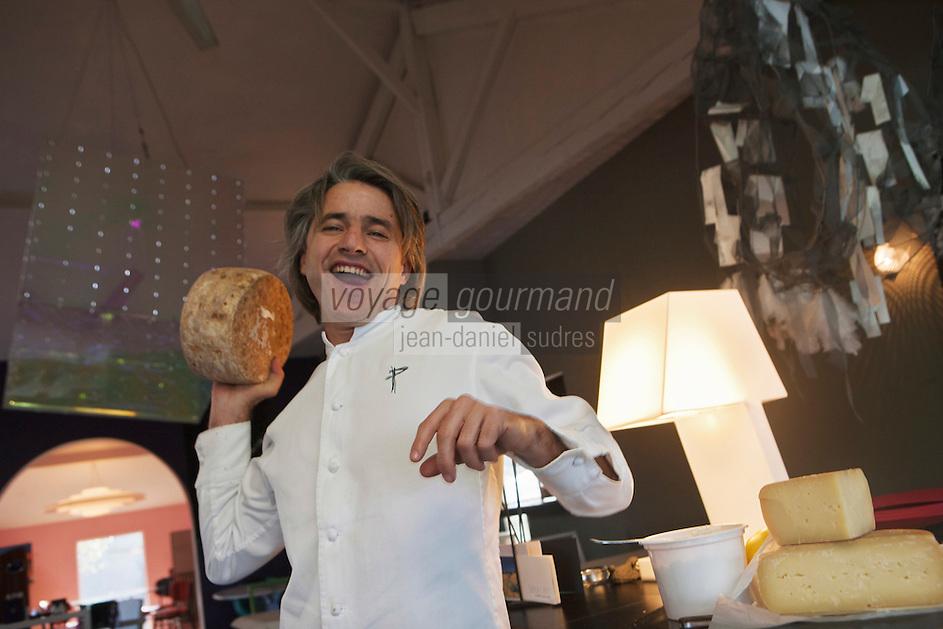 Europe/France/Aquitaine/64/Pyrénées-Atlantiques/Pays Basque/Biarritz: Philippe Lafargue du restaurant: Philippe et les fromages de la région:<br /> Greuil:  fromage blanc réalisé avec du petit lait  de brebis<br /> Arnéguy: Fromage Ossau Iraty AOC