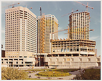 Complexe Desjardins en construction, Montréal, Québec.<br /> Vue de la façade nord. La Haye et Ouellet, architectes principaux ; Blouin Blouin Gauthier Guité Roy, architectes associés, (tours à bureau).<br /> Vers 1975.<br /> Source : Fonds Jean Ouellet, Collection Centre Canadien d'Architecture / Canadian Centre for Architecture, Montréal, ARCH203837.