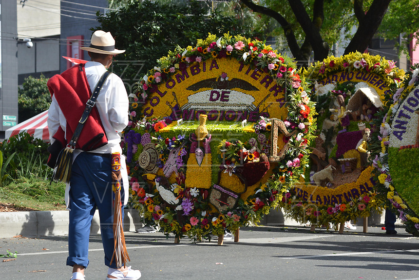 MEDELLÍN - COLOMBIA, 12-08-2018: El tradicional desfile de silleteros se realizó hoy, 12 agosto de 2018, por las calles de Medellín  como un evento más de la versión 61 de la Feria de las Flores 2018 que se realiza en la capital de Antioquia. / The tradictional Silleteros parade was made today, 12 July 2018, by the streets of Medellin as one event more of the 61th version of Flower Fair 2018 that takes place in the Antioquia's capital. Photo: VizzorImage / Leon Monsalve / Cont