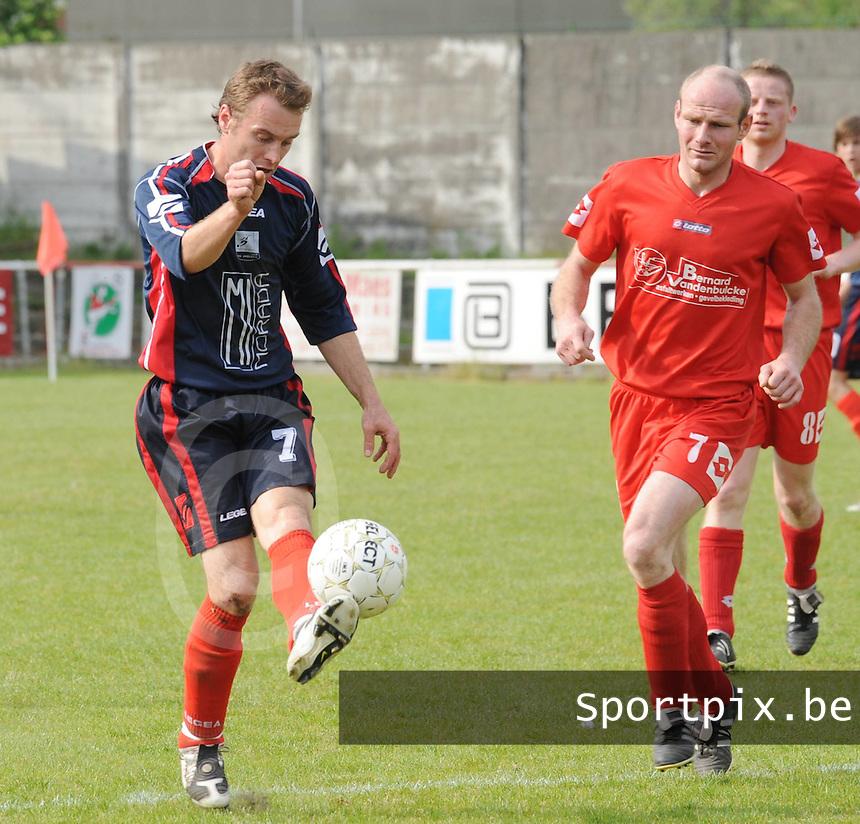 Zwevegem Sport - KVK Avelgem..Wesley Vermeersch (links) met de balcontrole voor de toekijkende Maarten Deprez (rechts)..foto David Catry / VDB