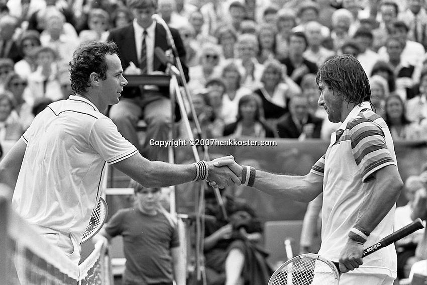 1982, Hilversum, Dutch Open, Melkhuisje, Balazs Taroczy wordt gefeliciteerd door Illie Nastase