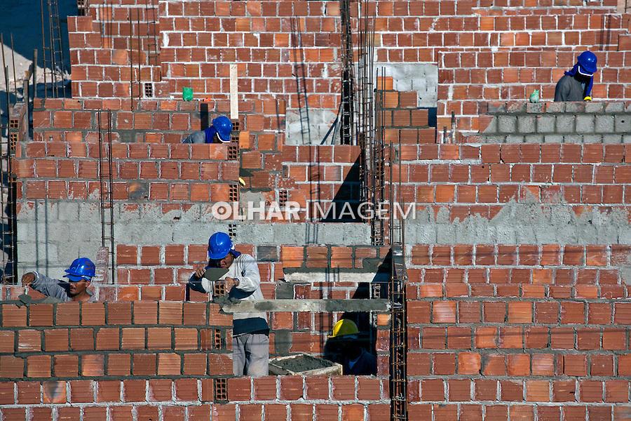 Operários construindo conjunto habitacional. Recife. Pernambuco. 2010. Foto de Rogerio Reis.