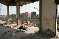 milano, periferia sud. un senzatetto tra le macerie dell'ex scalo merci ferroviario di porta romana in disuso --- milan, south periphery. a homeless among rubble of the former railway merchandise port of call of Milan Romana Gate now in disuse