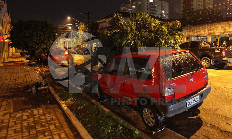 ATENCAO EDITOR IMAGEM EMBARGADA PARA VEÍCULOS - SAO PAULO, SP, 24 DEZEMBRO 2012 - Imagem da Arvore de pequeno porte que caiu sobre um carro na Rua Joao Antonio de Oliveira na bairro do Mooca na regiao sul da capital paulista, na noite desta segunda-feira, 24. (FOTO: VANESSA CARVALHO / BRAZIL PHOTO PRESS).