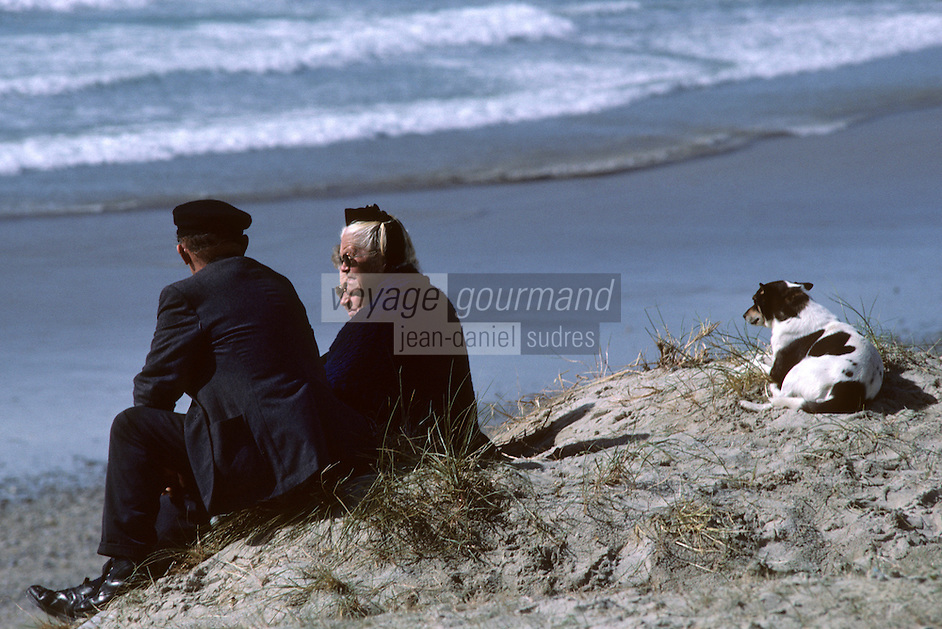 Europe/France/Bretagne/29/Finist&egrave;re/Pointe de la Torche&nbsp;: Couple et chien au bord de la mer<br /> PHOTO D'ARCHIVES // ARCHIVAL IMAGES<br /> FRANCE 1990
