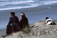 Europe/France/Bretagne/29/Finistère/Pointe de la Torche : Couple et chien au bord de la mer<br /> PHOTO D'ARCHIVES // ARCHIVAL IMAGES<br /> FRANCE 1990