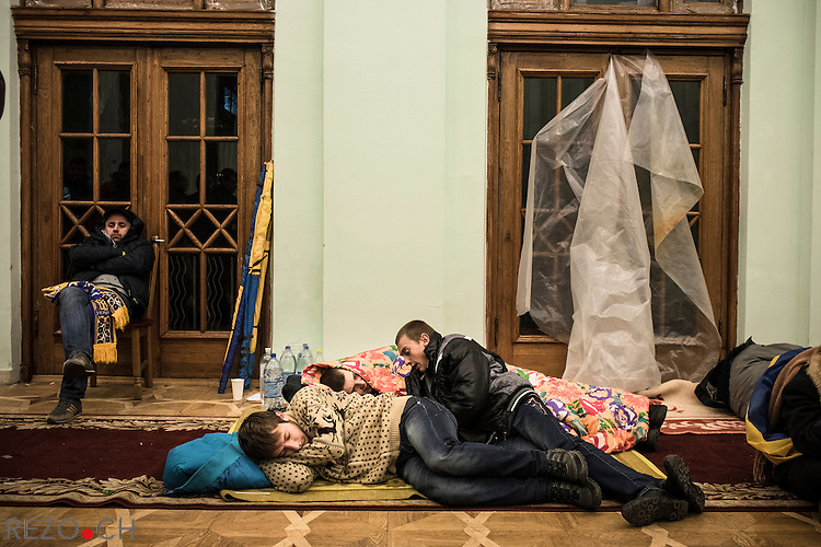 Kiev, Ukraine - 02 december 2013: Protesters sleep in a corridor of Kiev townhall. The building is occupied since sunday dec. 1 by participants of the movement Euromaidan. Open to anybody, the building now serves as a feeding place, an improvised hospital, sleeping place and host political discussions and debates. Credit: Niels Ackermann / Rezo.ch
