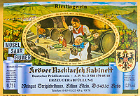 Deutschland, Rheinland-Pfalz, Moseltal, Kroev: Flaschenetikett 'Kroever Nacktarsch Kabinett' des Weinguts Dreigiebelhaus | Germany, Rhineland-Palatinate, Moselle Valley, Kroev: wine bottle label 'Kroever Nacktarsch Kabinett' of winery Dreigiebelhaus (three-gables-house)