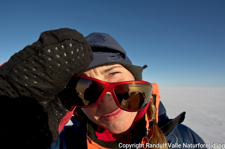Dame studerer solbrillene. ---- Woman with sun glasses.