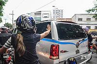 SANTOS, SP, 07 MARÇO 2013 - VELÓRIO CANTOR CHORÃO - Fas do cantor acompanha o cortejo do corpo do vocalista Alexandre Magno Abrão, o Chorão, da banda Charlie Brown Jr., é velado no ginásio esportivo Arena Santos, nesta quinta-feira, 07, na Baixada Santista. Chorão foi encontrado morto na manhã de hoje, em seu apartamento, em São Paulo. (FOTO: ADRIANO LIMA / BRAZIL PHOTO PRESS).