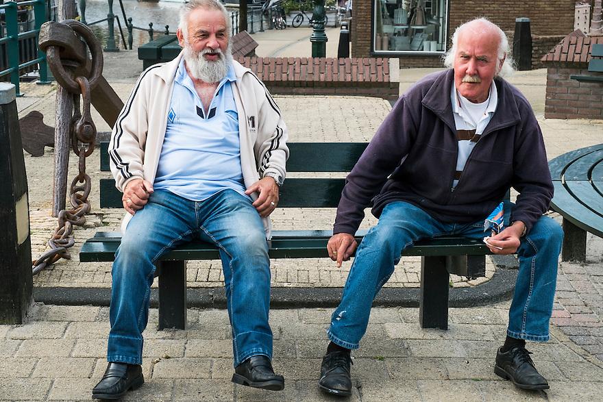 Nederland, Lemmer, 7 sept 2014<br /> Het leugenbankje van Lemmer bevindt zich naast het brugwachtershuisje. Oudere mannen verzamelen zich hier dagelijks om het leven te bespreken en te becommentarieren. <br />  <br /> Foto: (c) Michiel Wijnbergh