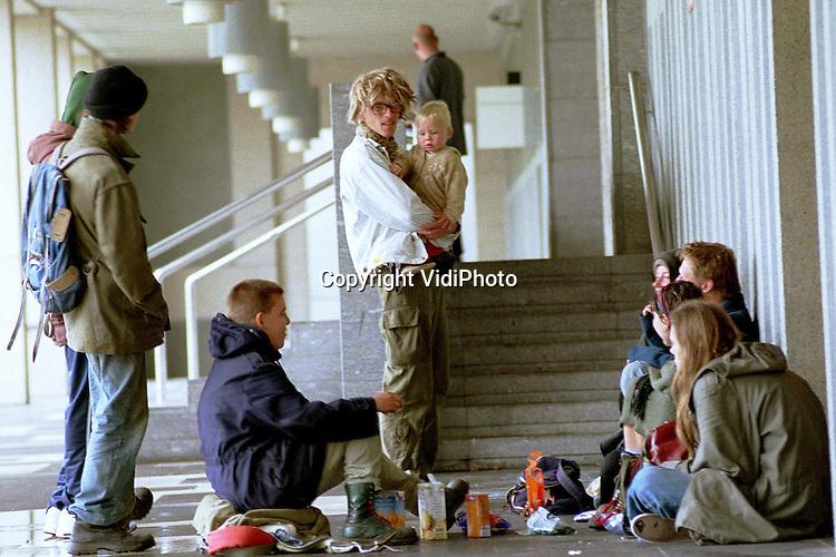 Foto: VidiPhoto..ARNHEM - Terwijl binnen de rechtzaak diende tegen zeven pelsdierfokkers, hielden anti-bontactivisten op de stoep van het paleis van justitie in Arnhem donderdag een demonstratie en een picknick. De fokkers werden veroordeeld tot twaalf weken gevangenisstraf wegens mishandeling van de activisten op het Stationsplein in Nijmegen, in september vorig jaar. Ook moeten ze een schadevergoeding betalen aan de actievoerders. .