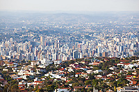 Belo Horizonte_MG, Brasil...Casas do luxuoso bairro Belvedere no primeiro plano, regiao sul da capital, Belo Horizonte. Ao fundo predios do centro e centro-sul, Minas Gerais...Houses in Belvedere neighborhood and building in the south region in Belo Horizonte, Minas Gerais...Foto: NIDIN SANCHES / NITRO