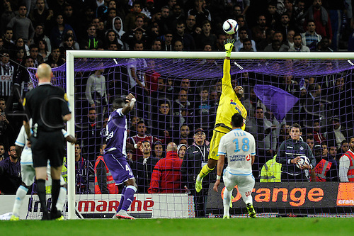 23.09.2015. Toulouse, France. French League 1 football. Toulouse versus Marseille.  Shot tipped ove the crossbar from TFC Tongo Doumbia (tfc) by goalkeeper Steve Mandanda (om)