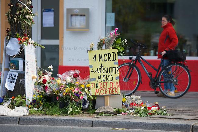 In der Nacht zum 5. April 2010 schoss ein Unbekannter im Berliner Bezirk Neukoelln auf eine Gruppe von fuenf Jugendlichen. Der 22 Jahre alte Burak B. wurde dabei getoetet, mehrere andere z.T. schwer verletzt. Die Polizei fahndet nach einem 40 - 60 jaehrigen Mann und schliesst einen rechtsextremen Hintergrund nicht aus.<br /> Im Bild: Der Tatort in der Rudower Strasse geschmueckt mit Blumen und Plakaten.<br /> 16.4.2012, Berlin<br /> Copyright: Christian-Ditsch.de<br /> [Inhaltsveraendernde Manipulation des Fotos nur nach ausdruecklicher Genehmigung des Fotografen. Vereinbarungen ueber Abtretung von Persoenlichkeitsrechten/Model Release der abgebildeten Person/Personen liegen nicht vor. NO MODEL RELEASE! Nur fuer Redaktionelle Zwecke. Don't publish without copyright Christian-Ditsch.de, Veroeffentlichung nur mit Fotografennennung, sowie gegen Honorar, MwSt. und Beleg. Konto: I N G - D i B a, IBAN DE58500105175400192269, BIC INGDDEFFXXX, Kontakt: post@christian-ditsch.de<br /> Bei der Bearbeitung der Dateiinformationen darf die Urheberkennzeichnung in den EXIF- und  IPTC-Daten nicht entfernt werden, diese sind in digitalen Medien nach &sect;95c UrhG rechtlich geschuetzt. Der Urhebervermerk wird gemaess &sect;13 UrhG verlangt.]