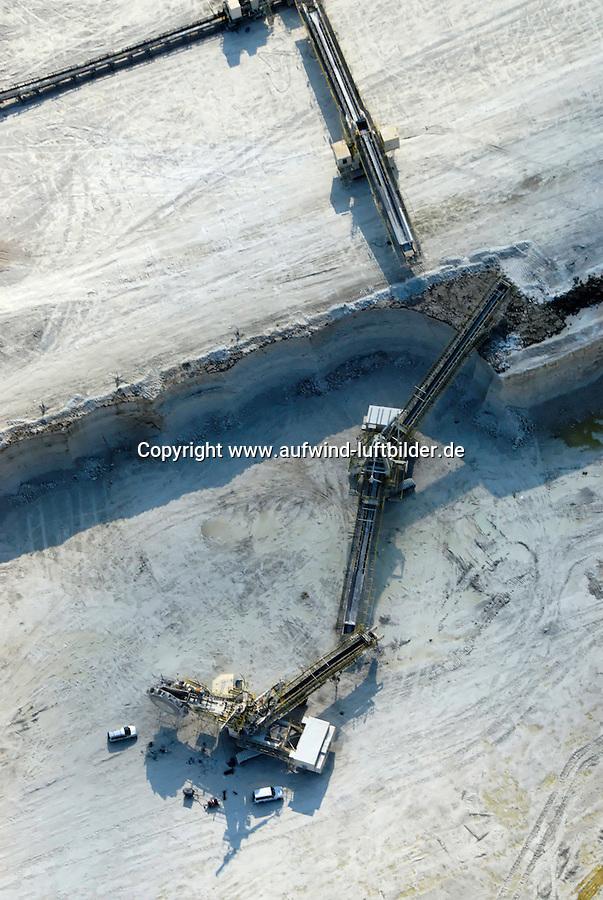4415/Transportband: EUROPA, DEUTSCHLAND, SCHLESWIG- HOLSTEIN,  (GERMANY), 25.04.2007: Kreide, Abbau, Laegerdorf, Holcim, Rohstoff, Foerderung, Verarbeitung, Herstellung, Zement, Zementwerk, Transport, Weg Luftbild, Luftaufnahme, Luftansicht, Aufwind-Luftbilder.c o p y r i g h t : A U F W I N D - L U F T B I L D E R . de.G e r t r u d - B a e u m e r - S t i e g 1 0 2, 2 1 0 3 5 H a m b u r g , G e r m a n y P h o n e + 4 9 (0) 1 7 1 - 6 8 6 6 0 6 9 E m a i l H w e i 1 @ a o l . c o m w w w . a u f w i n d - l u f t b i l d e r . d e.K o n t o : P o s t b a n k H a m b u r g .B l z : 2 0 0 1 0 0 2 0  K o n t o : 5 8 3 6 5 7 2 0 9.C o p y r i g h t n u r f u e r j o u r n a l i s t i s c h Z w e c k e, keine P e r s o e n l i c h ke i t s r e c h t e v o r h a n d e n, V e r o e f f e n t l i c h u n g n u r m i t H o n o r a r n a c h M F M, N a m e n s n e n n u n g u n d B e l e g e x e m p l a r !.